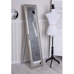 Oglinda de podea cu o rama argintie