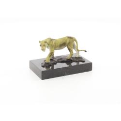 Leoaica -statueta din bronz pe un soclu din marmura