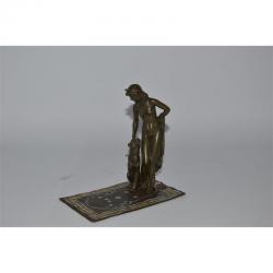 Cleopatra cu pantera -statueta din bronz pe un soclu