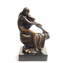 Femeie nud-statueta din bronz pe un soclu din marmura