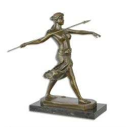 Razboinica amazoana -statueta din bronz pe un soclu din marmura