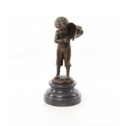 Baietel cu tigara-statueta din bronz pe un soclu din marmura