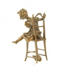 Fetita cu pisica-statueta din bronz pe un soclu din marmura