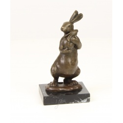 Iepure cu puiul sau-statueta din bronz pe un soclu din marmura