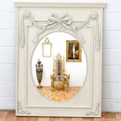 Oglinda din cristal cu o rama alb antichizat cu decoratiuni deosebite
