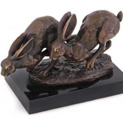 Doi iepuri-statueta din bronz pe un soclu din marmura