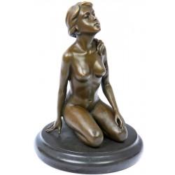 Femeie-statueta din bronz pe un soclu din marmura