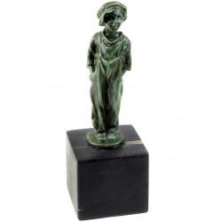 Baietel-statueta din bronz pe un soclu din marmura